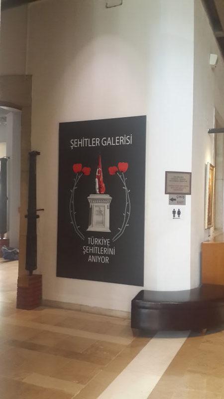müzede merdiven asansörü